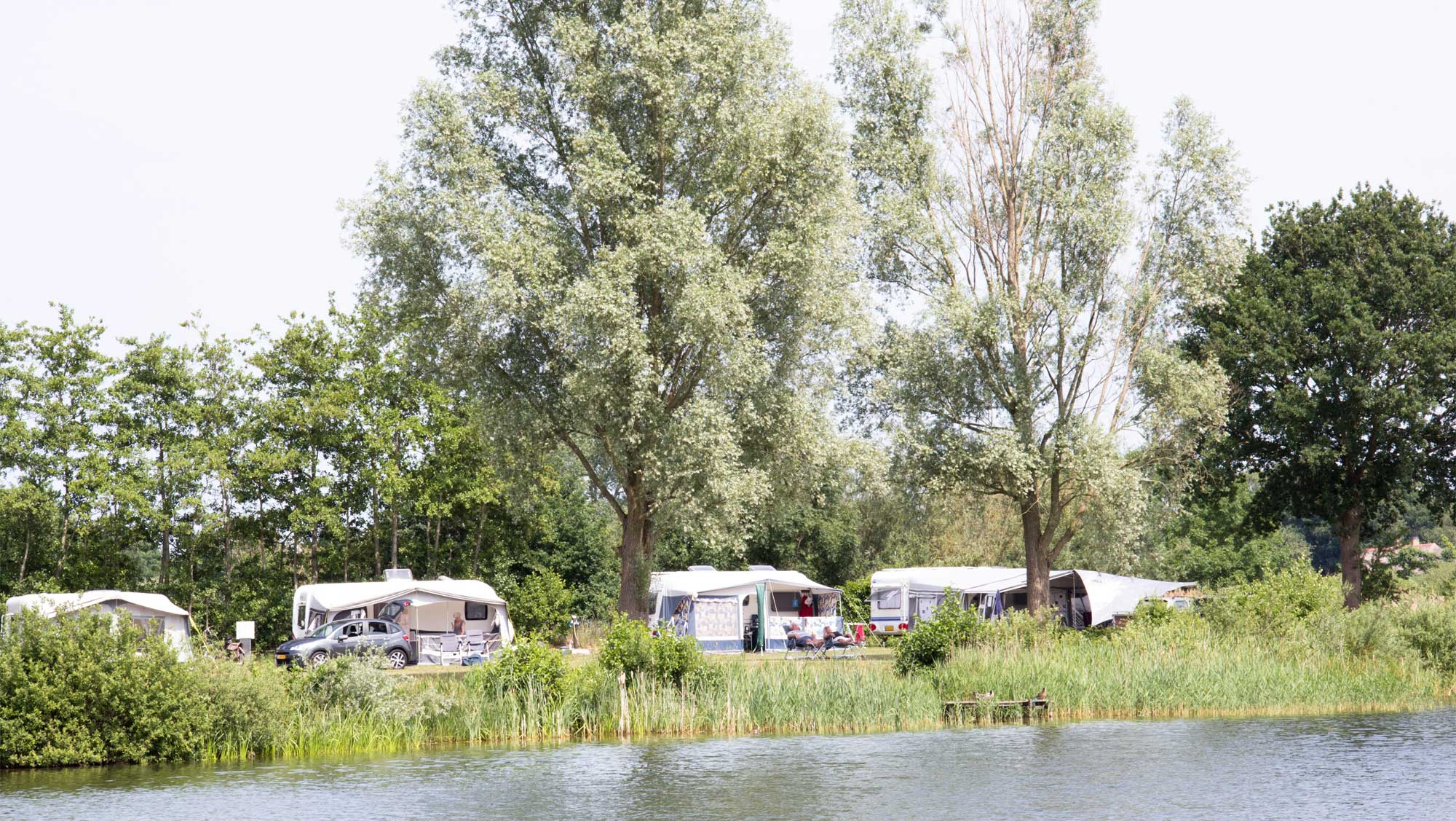 Comfortplaats bij het water kamperen Molecaten Park De Agnietenberg 01